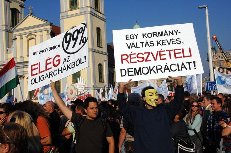 Transzparensek a MILLÁS-tüntetésen, az Erzsébet-hídon (Photo: Eifert János)