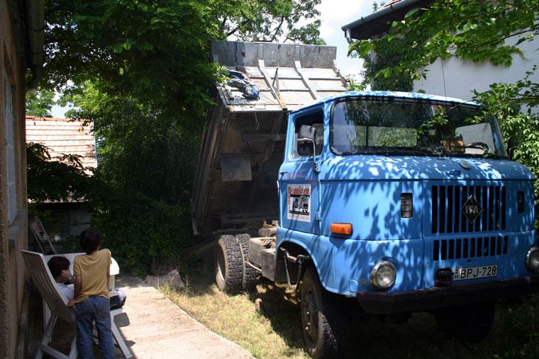 2004.07.01-Hont-Billenős-teherautó-az-udvarunkon (Eifert János felvétele)