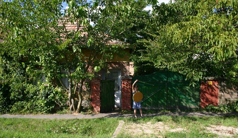 2004.08.15-Hont-Kata-karddal-a-házunk-előtt