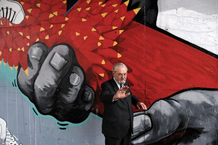 Zsolna / Žilina, Jan Bálik a grafiti előtt, a Stanicán (Photo: Eifert János)
