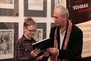Ajándék könyv a legfiatalabb résztvevőnek (Photo: B. Nagy Balázs)