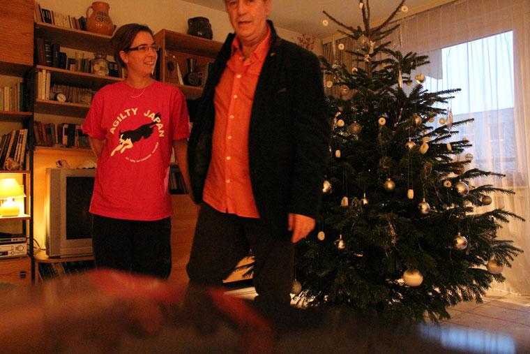 Anna lányommal a karácsonyfa előtt