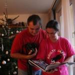Tamás és Anna a karácsonyfa előtt (Photo: Eifert János)