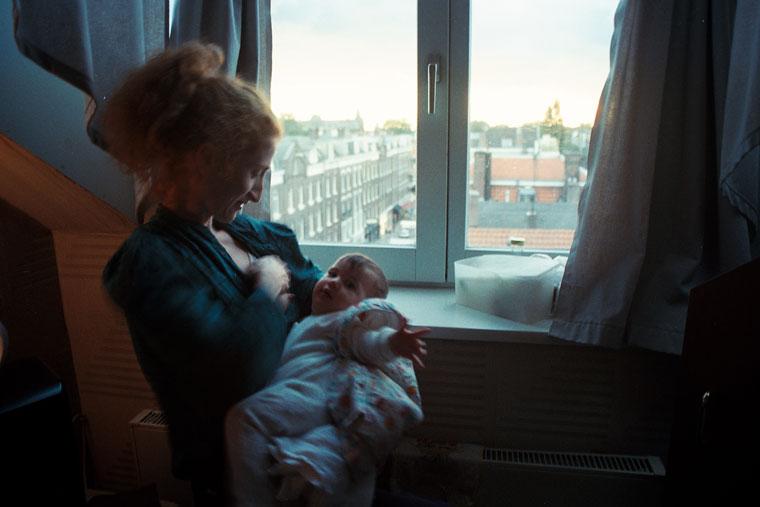 1995.09.29-Amszterdam-Kati Katát szoptatja a Hotel Smit-ben, 1995.09.29. (Photo: Eifert János)