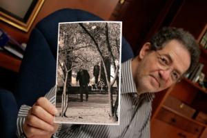 Arató András a Károlyi-szobornál készített fotójával (Photo: Eifert János)