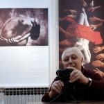 2013.01.28. Zagreb, Vinko Sebrek fényképez kiállításom rendezésekor (Eifert János felvétele)