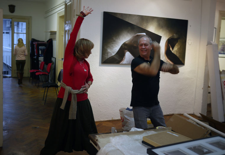 2013.01.28. Zagreb, Móger Ildikó és Eifert János táncolnak a kiállítás-rendezés közben (Photo: Vinko Sebrek)