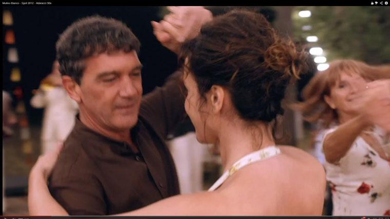 2012.07. Móger Ildikó Antonio Banderas mögött táncol TV-Spot)