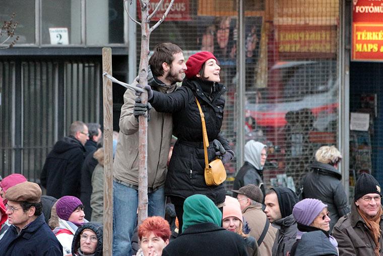 Tüntetők-a-Kistehén-zenekart-hallgatják (Photo: Eifert János)