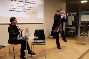 Eifert táncol kiállításának megnyitóján, Petra Puhar figyeli (Photo: Simon Krejan)