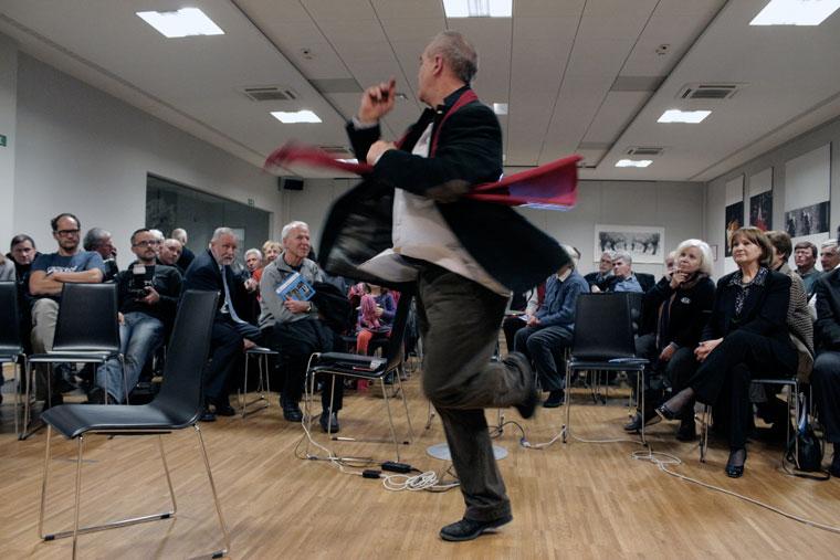 Eifert táncraperdül kiállításának megnyitóján (Photo: Simon Krejan)