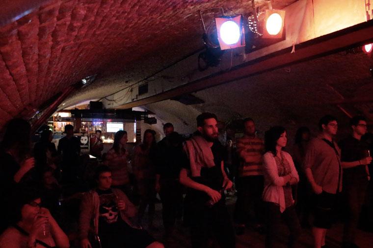A Trafik Klub közönsége a Dorothy's Legs formációt, Walters Lilit és Szlágyi Mátét hallgatja (Photo: Eifert János)