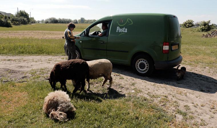 A postás a nyugdíjat hozza (Photo: Eifert János)