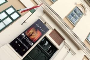 Alföldi Galéria, plakátommal