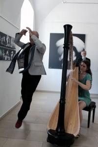Eifert János táncol, Olasz Flóra hárfázik (Dömötör Mihály felvétele)