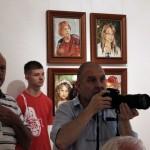 Gáti- Gyuri Dozvaldot fényképezi Sonkoly Tibor festőművész tárlatán (Photo: Eifert János)