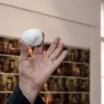 Eifert mutatja, hogy a természetformálta kő a tökéletesség szimbóluma (Balassa Ferenc felvétele)