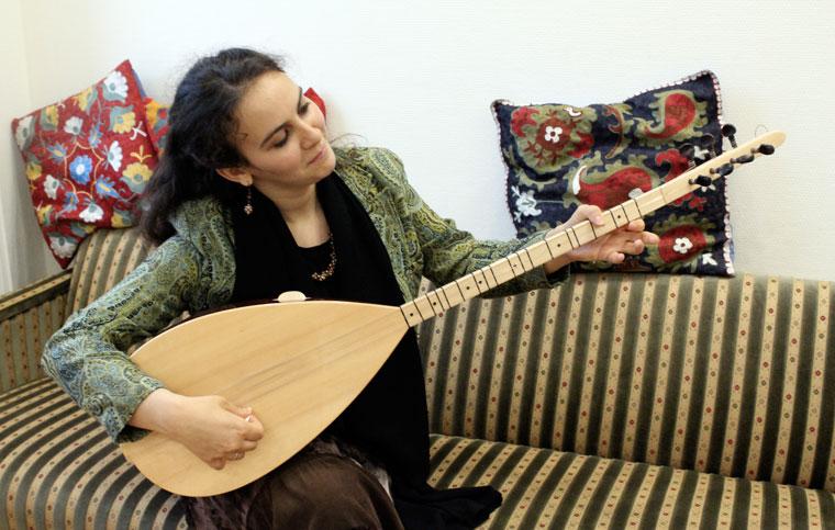 2013.06.24.-Guessous-Majda-Mária-énekel és hangszeren kíséri magát (Photo: Eifert János)