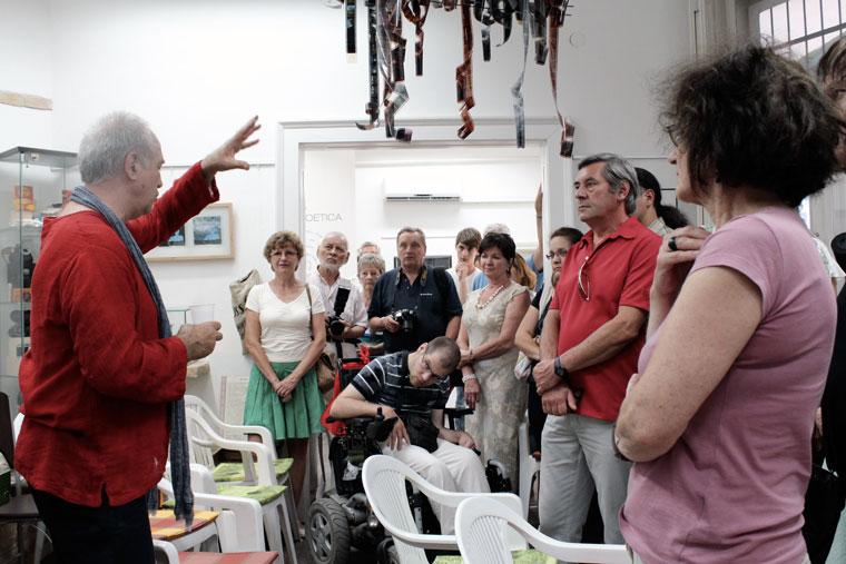 Eifert kiállításmegnyitó és könyvbemutató a Kiss Fotó Kamara Galériában, tárlatvezetés (Bahget Iskander felvétele) Kecskemét, 2013.07.04.