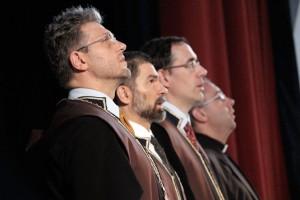 2013.07.20.-Diplomaátadó ünnepség, a himnuszt éneklik a kari vezetők (Photo: Eifert János)