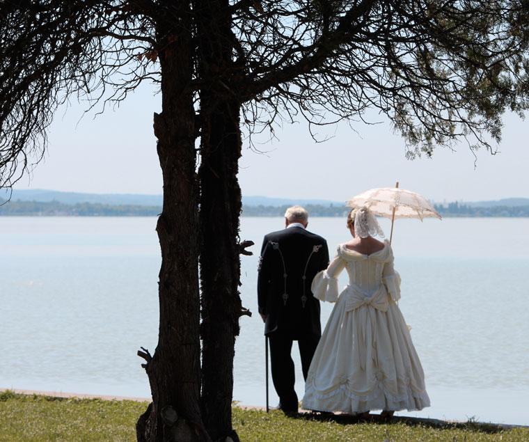 Reformkori viseletben, a Balaton partján (Photo: Eifert János)