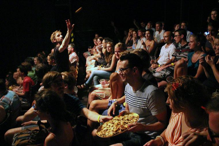 Jaro Viňarský: ANIMALINSIDE c. fizikai színház előadásán a nézőket megvendégelték (Photo: Eifert János)