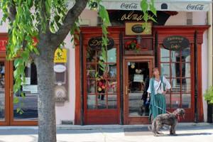 Ildikó Poci kutyájával egy kávéház előtt. Trenčín, 2013.07.27. (Photo: Eifert János)