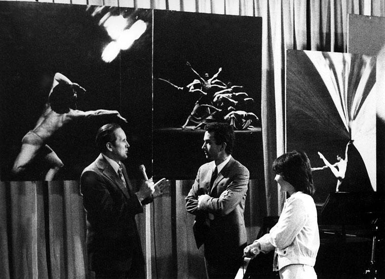 """Czigány György, Vukán György és Bontovits Kati egy TV-műsorban, amelyben nagyméretű fotóim """"díszletként"""" szerepeltek (Photo: Eifert János) 1977.03."""
