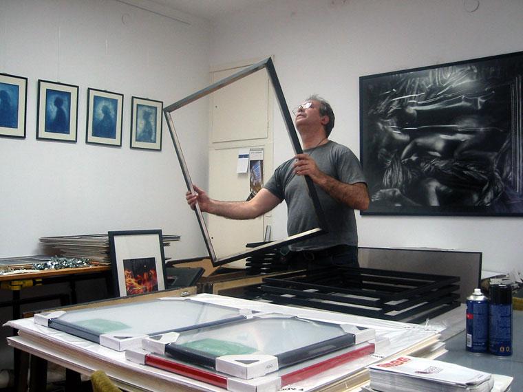 Felkészülök a 3T kiállításomra, a Jelenkori Fotóművészeti Gyűjtemény és Dokumentációs Központban, Budapest, 2002. április 19.