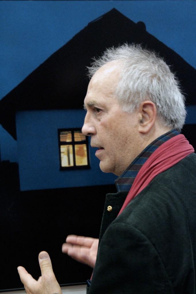 Eifert tárlatvezet, a Nagyiváni parasztház felvételéről beszél (Bándi Dániel Dávid felvétele)