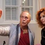 Eifert János éppen Gordon Eszter képeiről beszél (Steiner Gábor felvétele)