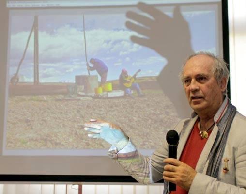 Eifert a díjazott képeket elemzi (Steiner Gábor felvétele)