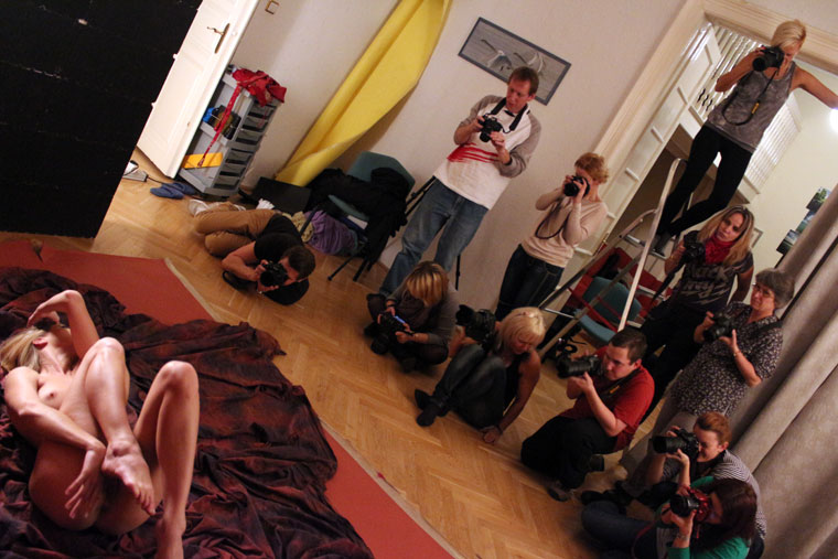 Fotóoktatás.hu haladó művésztanfolyam hallgatói, aktfényképezés gyakorlata (Photo: Eifert János)