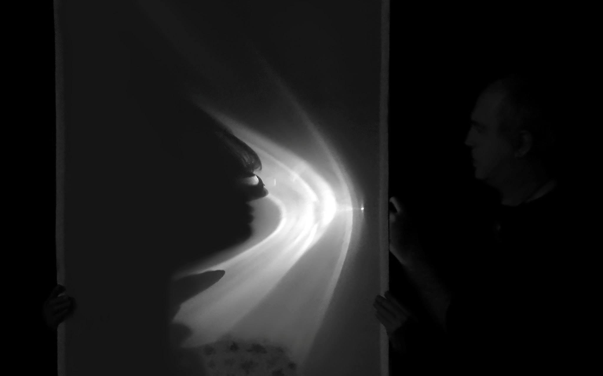 Eifert portrézik, éppen Gergely Beatrixet világítja meg egy zseblámpával (Bizsu Photo)