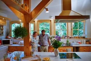 Lajos Mari és Hemző Karcsi, konyhájukban (Eifert János felvétele)