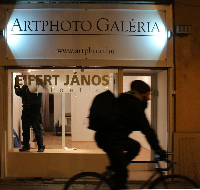 Artphoto Galéria. Készül a kirakat, 2013.12.11.