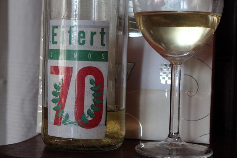 Minden ünnepelt öreg kapott egy nevére címkézett palack bort (Eifert János felvétele)