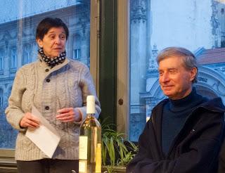 A 75 éves Benkő Imre hallgatja pironkodva Szarka Klára laudációját (Dozvald János felvétele)