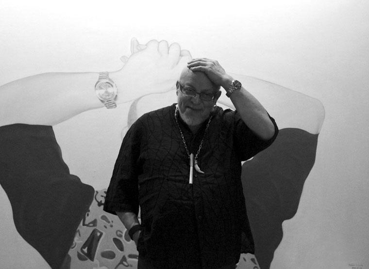 Réz András otthonában, a Fehér László róla készített képe előtt (Photo: Eifert János)