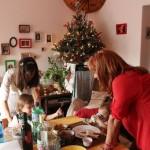 Ünnepi ebéd a karácsonyfa tövében (Photo: Eifert János)