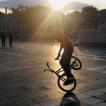 """Kerékpáros """"trükközik"""" a Hősök terén, 2009 (Photo: Eifert János)"""
