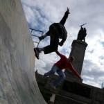 Fiatalok játszanak a hősi emlékműnél, Szófia, 2009.10.28 (Photo: Eifert János)