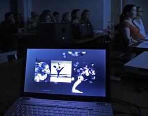 """Digirámavetítés a """"Haladó kortárs művészfotó"""" tanfolyam hallgatóinak, 2014.02.19. (Eifert János felvétele)"""