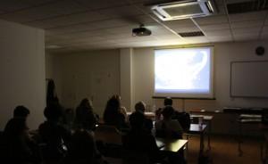 """A """"Haladó kortárs művészfotó"""" tanfolyam hallgatóinak diaporámát is vetítek, 2014.02.19. (Eifert János felvétele)"""