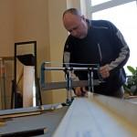 Keret méretrevágása, ahogy Durby gyakorolja, 2014.03.01. (Eifert János felvétele)