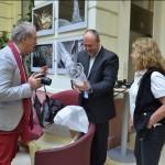 Durby a díjat csomagolja ki, Eifert gratulál (Gergely Beatrix felvétele)