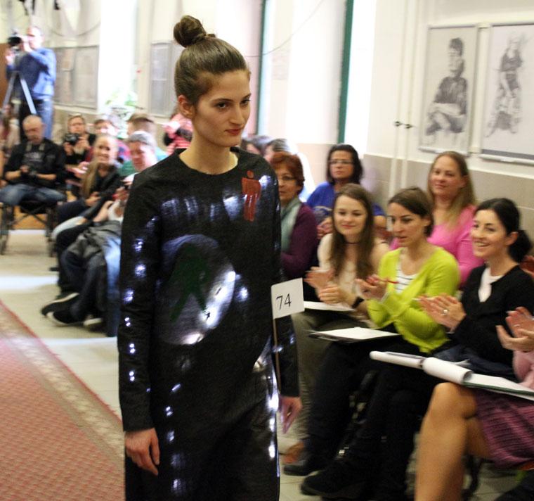 Walters Lili bemutatja az  Eifert Kata Nóra tervzte ruhát, 2014.03.27. (Eifert János felvétele)