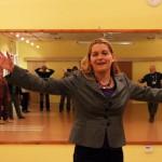 Maczkay Zsaklin művészeti író, amint éppen táncol (Eifert János felvétele)