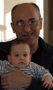 Kerekes Gábor unokájával, 2002.12.08. (Eifert János felvétele)