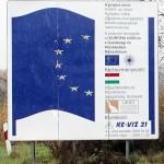 Úniós támogatás épülő útszakasz táblája, Szilágyság, 2013.10.16. (Eifert János felvétele)